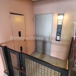 玄関には広々としたポーチがあり、プライベート空間が確保されております。(玄関)