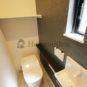 トイレ タンクレストイレにする事でスタイリッシュな空間が生まれ、サイドに手洗い場を設ける事で、更に洗礼されたお手洗いが生まれます。(当社の新築施工事例)