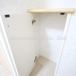 約6.1帖の洋室にはクローゼットだけでなく、ちょっとした収納スペースを完備。(収納)