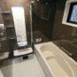 風呂 1坪タイプの浴室は、足を伸ばしてゆったりと浴槽に浸かっていただけるだけでなく、お子様と一緒に入る事も可能な広さです。窓や浴室乾燥機も設置可能。(当社の新築施工事例)
