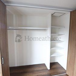 クローゼット内は、ハンガーパイプと可動棚のように、仕切りを作った収納スペースも可能です。(当社の新築施工事例)(収納)
