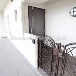 玄関は専用ポーチを完備しております。(玄関)
