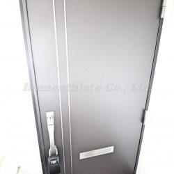 玄関扉は重厚感があり、ダブルロックとなりますので防犯性に優れております。(玄関)