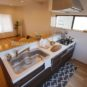 キッチン キッチンのガスコンロ前にはガラスパネル施工をしており、油を使ったお料理の際も飛び散りの心配がありません。尚且つデザイン性も崩さず、スタイリッシュな仕上がりになります。(弊社施工事例)