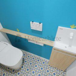 壁紙の色味を少し変えるだけでも、お洒落な空間に仕上がります。勿論、色味や柄もお選び頂けます。(当社の新築施工事例)(トイレ)