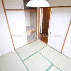 約4.5帖の和室には、押入れも完備しております。(和室)