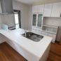 キッチン キッチン背面には大容量の収納力を備えたカップボードを設置。更にアイランドキッチンにする事により、空間に一体感が生まれます。 (弊社同仕様施工事例)