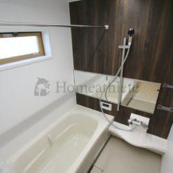 1坪タイプの浴室は、足を伸ばしてゆったりと浴槽に浸かっていただけるだけでなく、お子様と一緒に入る事も可能な広さです。窓や浴室乾燥機も設置可能。(当社の新築施工事例)(風呂)
