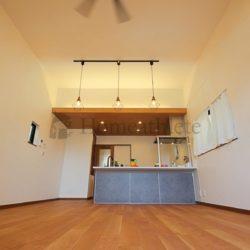 お家の中で一番くつろげる場所はリビングです。そのリビングの形状や、家具の配置などを考えながら、間取りを決めていけます。(当社の新築施工事例)(リビング)