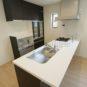 キッチン キッチン背面にはカップボードの設置も可能です。キッチンと色味を合わせる事で、統一感が生まれます。(当社の新築施工事例)