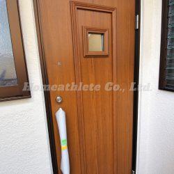 1階の玄関扉はウッドの落ち着いた色味になっており、お洒落な小窓がある扉です。2重ロックのディンプルキーですので防犯性に優れております。(玄関)