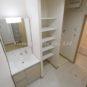 洗面 洗面室は、洗面台・洗濯機置場・可動棚と、いつでも住み始める事が可能な状態です。
