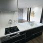 キッチン ペニンシュラタイプのキッチンは吊り戸棚がなく、フラットなカウンターキッチンになりますので、空間をより広く感じる事が出来ます。(当社の新築施工事例)