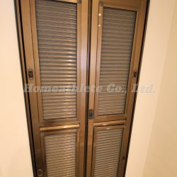 玄関扉には網戸があり、冷房を入れるか入れないか・・・中途半端な季節に大活躍間違いありません。(玄関)