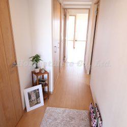室内はフル改装済みです。こちらは、玄関から見た室内の写真です。(玄関)