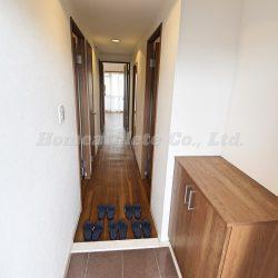 玄関扉を開ければ、優しいウッドの色味に包まれたオシャレな室内になっております。