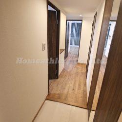 玄関扉を開けると開放的な室内が広がり、リフォーム済みとなっておりますので大変綺麗な状態です。(玄関)