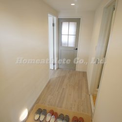 玄関扉を開けると、横幅の広い開放的な廊下になっております。(玄関)